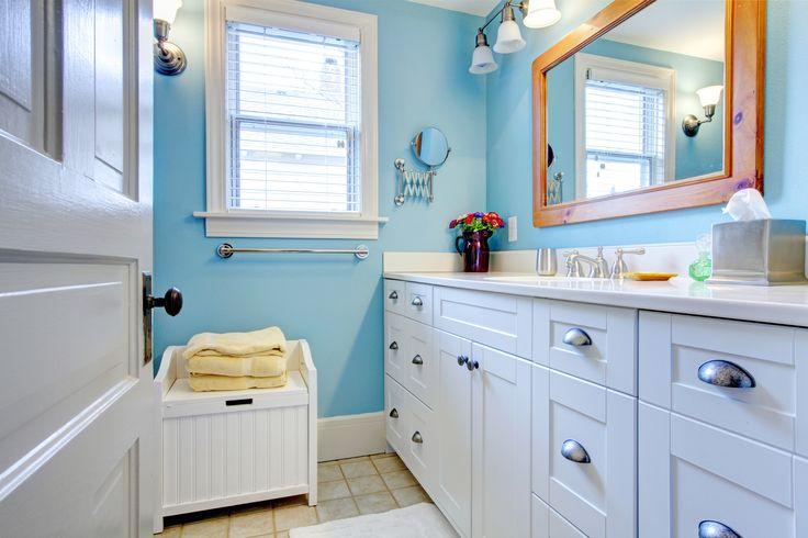 Un idea per decorare il tuo bagno in stile vintage. Utilizzate colori pastello (foto) o il bianco per le tue pareti. Il lavabo è incassato nel mobile in legno bianco. Osservate gli applique e la rubinetteria dalla linea morbida.Ricordate la vasca da bagno dovrà essere preferibilmente non incassata e la doccia avrà un rivestimento total white.