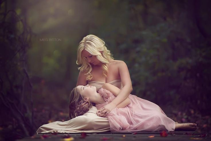 What a beautiful shot of mother and daughter. Very elegant yet simple.