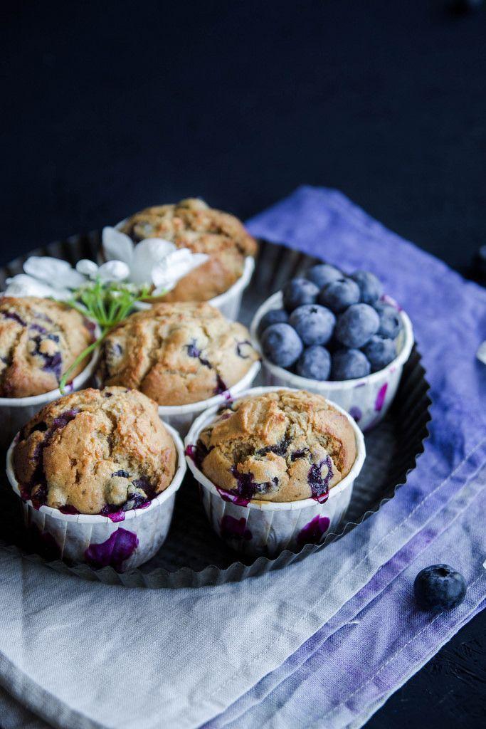 Muffins aux myrtilles {sans lait} - Ingrédients : 260 g de farine, 200 g de myrtilles fraiches, 100 g de margarine végétale, 25 cl de lait végétal...