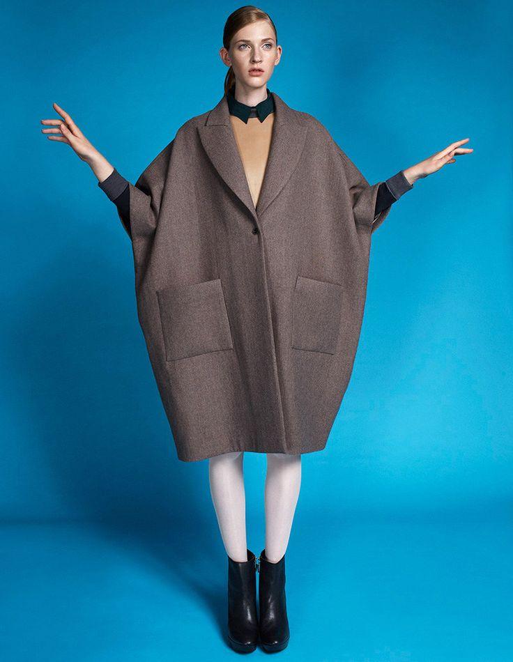 Manteau super large, petit col noir à festons, bottines noires, Edith Zsambok pour Marie Claire Hongrie, par Zoltan Tombor.