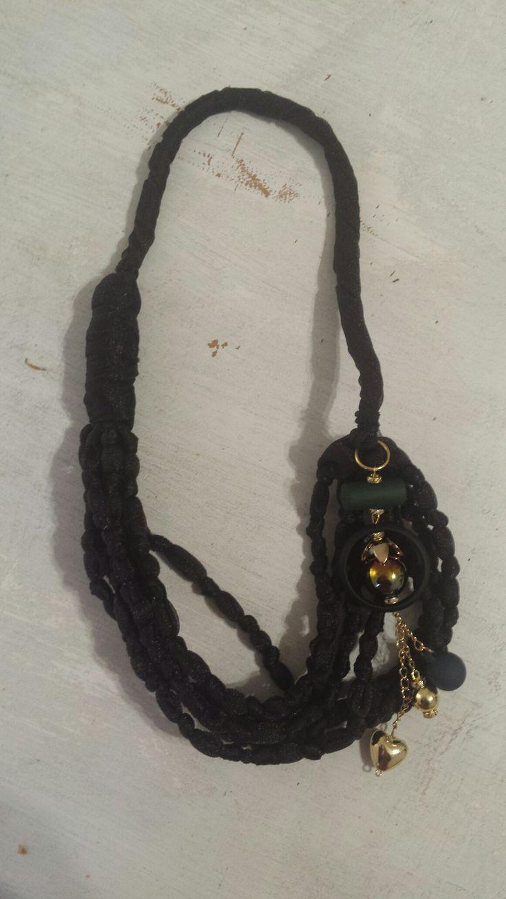 Collana in raso con inserto di perline e ciondoli