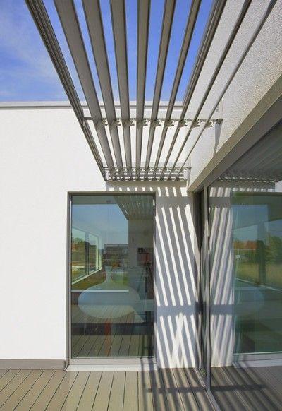 Mooie strakke passieve / structurele zonnewering met lamellen