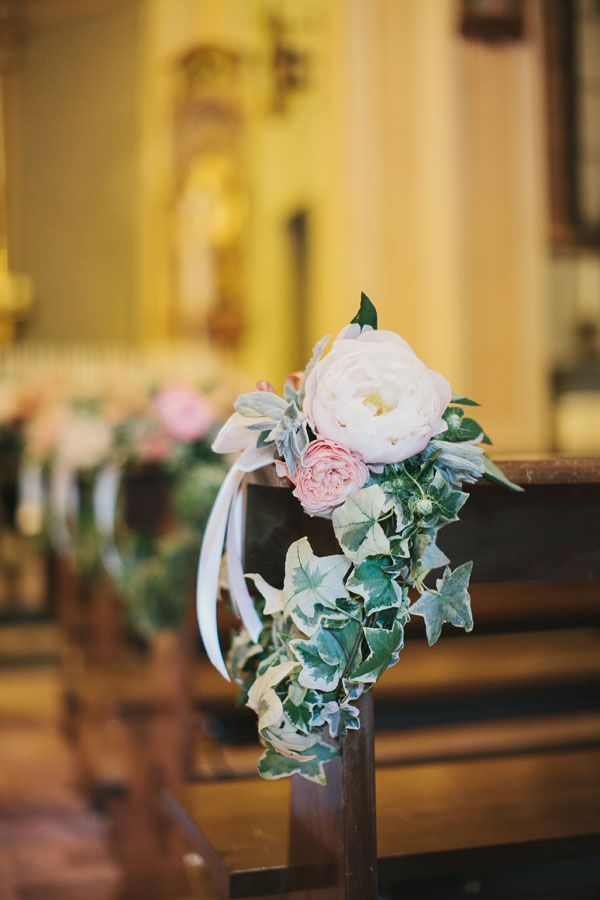 peony, garden rose and ivy church decor http://weddingwonderland.it/2015/05/15-idee-la-cerimonia-in-chiesa.html