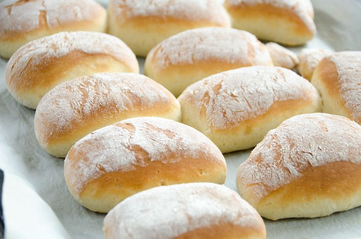 Bułeczki śniadaniowe, bardzo prosty przepis, ciasto szybko wyrasta i po chwili można cieszyć się wspaniałym smakiem świeżej bułeczki