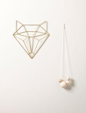 Adoptez ce gentil renard au design minimaliste et géométrique puis affichez-le fièrement au mur, tel un trophée de chasse... en plus tendance ! DétailDim. 19 x 2 x 20 cm.MatièreMétal doré;