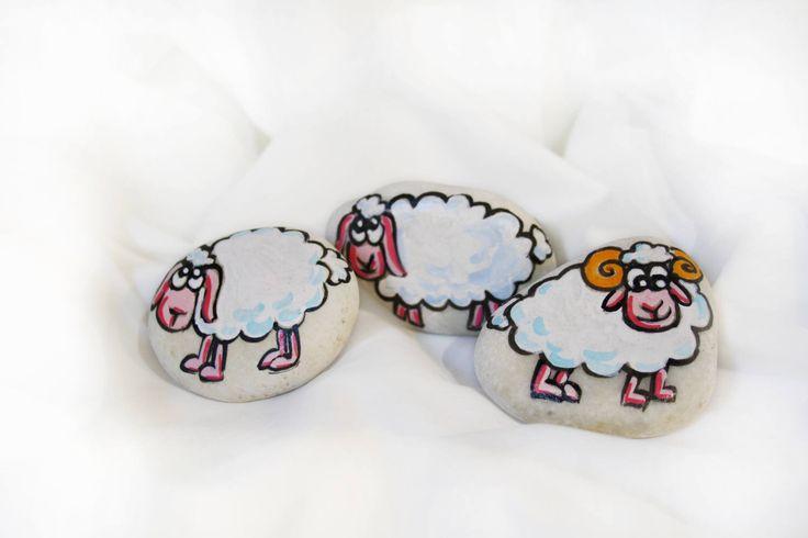 Sassi dipinti a mano con pecorelle bianche famiglia pecore marmo dipinto bianco idea regalo oggetto decorativo casa soprammobile regalo di soniacrea su Etsy https://www.etsy.com/it/listing/521362825/sassi-dipinti-a-mano-con-pecorelle