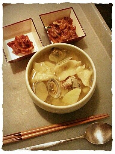 Clam soup with dough flakes (바지락 수제비)