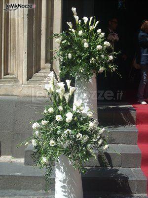 http://www.lemienozze.it/gallerie/foto-bouquet-sposa/img26905.html Addobbi per l'esterno della chiesa con fiori per il matrimonio bianchi