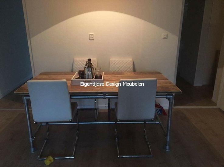 Robuuste tafel met oude steigerplanken steigerbuis onderstel. Tafel is ...