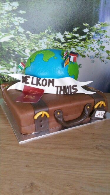 Koffer-taart met globe-taart er bovenop!