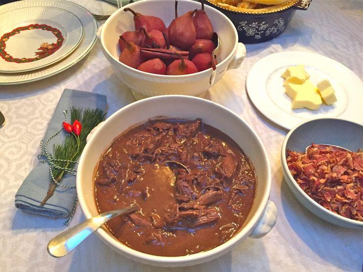 hazenpeper - iets langer koken, zilveruitjes meekoken, spek en champignons erin, 2 plakjes kruidkoek erin en iets minder chocola. Botten af laten hakken, past anders niet in pan! Extra rode wijn om haas onder te krijgen. Saus inkoken. Haas bakken, daarna bloem erover. Dan wijn.