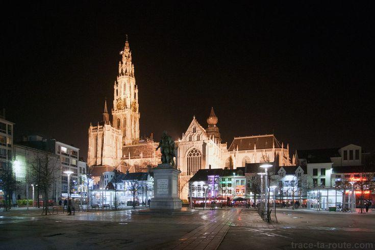 Groenplaats et la Cathédrale Notre-Dame d'Anvers de nuit