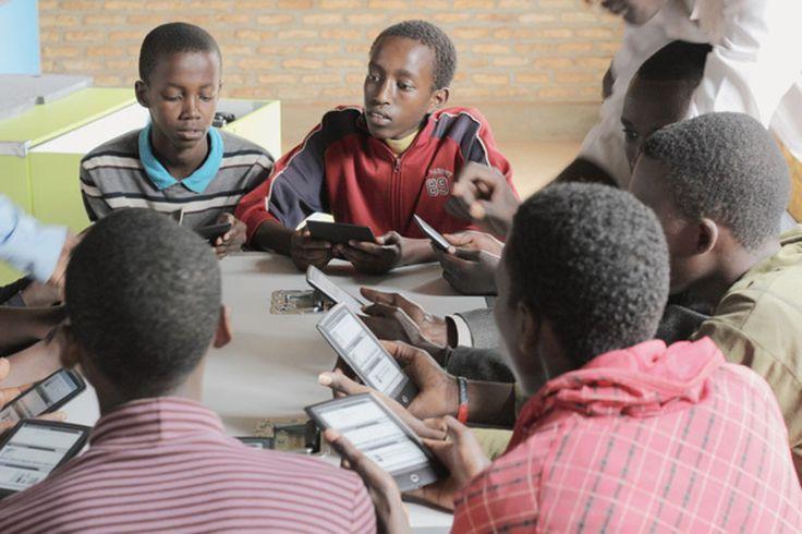 Le métier de bibliothécaire se réinvente dans les pays émergents : Connaître le cours des matières premières, s'informer sur une formation continue ou des conseils médicaux… Les usagers attendent toujours plus des bibliothèques dans les pays en développement et émergents...