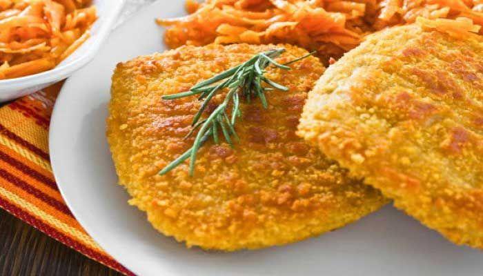 Этот запеченный цыпленок в панировке из аппетитного микса кукурузных хлопьев и специй, ничуть не менее сочный, чем жареный, но гораздо менее жирный.