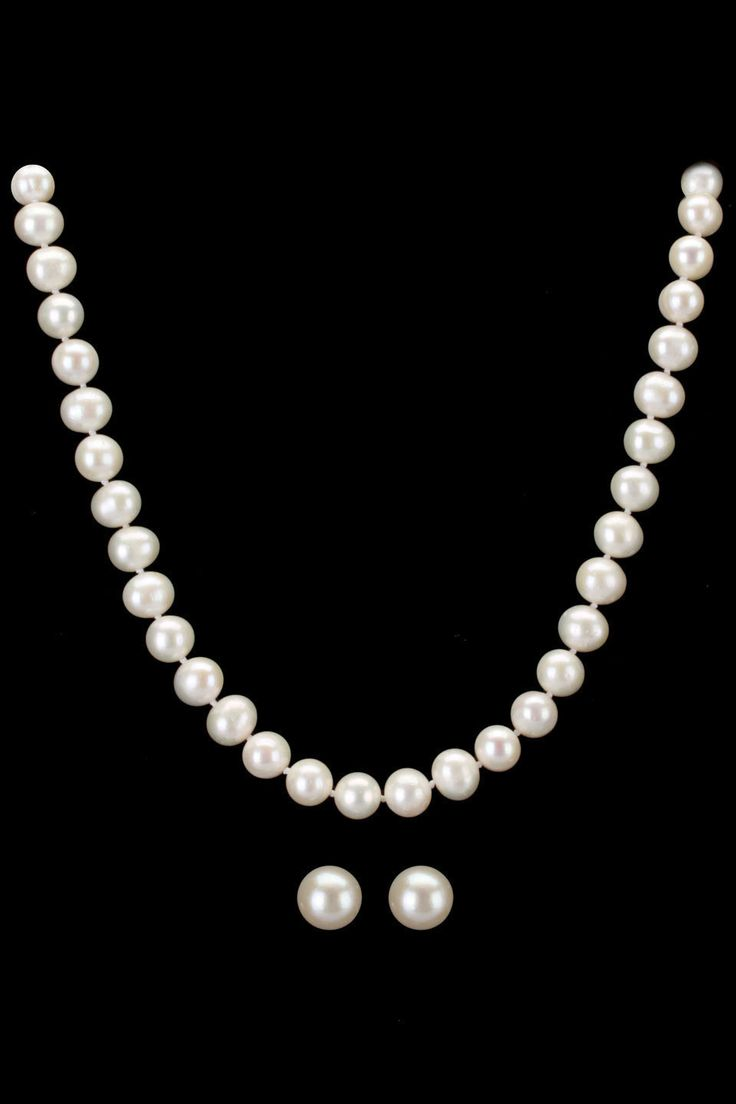 Маленькая нить жемчуга Classic Freshwater Pearl Necklace & Earrings In White.  Everyone needs pearls. Wear them alone or mix with your favorite gold or silver jewelry.  Even some rhinestone would work great.