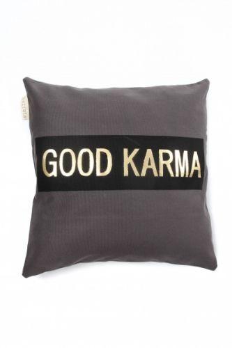 Lekker pute med teksten Good Karma. Mål 50x50 cm.