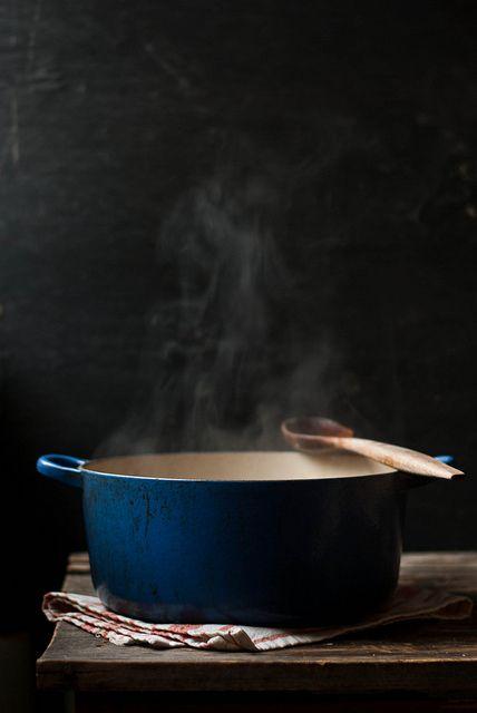 une soupe de pomme de terre avec des pelures de truffe noire et une tartine de jambon fumé