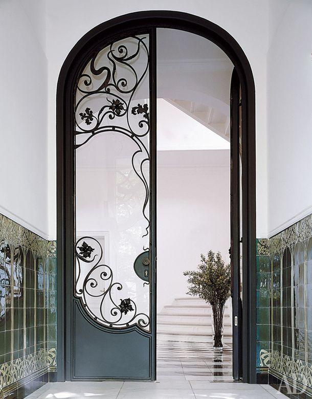 """Вилла в Гамбурге Архитектор Жан Кузен Такая дверь из металла и матового стекла в стиле ар-нуво не обязана быть входной – ее вполне можно использовать в зимнем саду или в оранжерее. Главное, чтобы в помещении были высокие потолки – такая дверь будет """"работать"""" только в пространстве большого масштаба"""