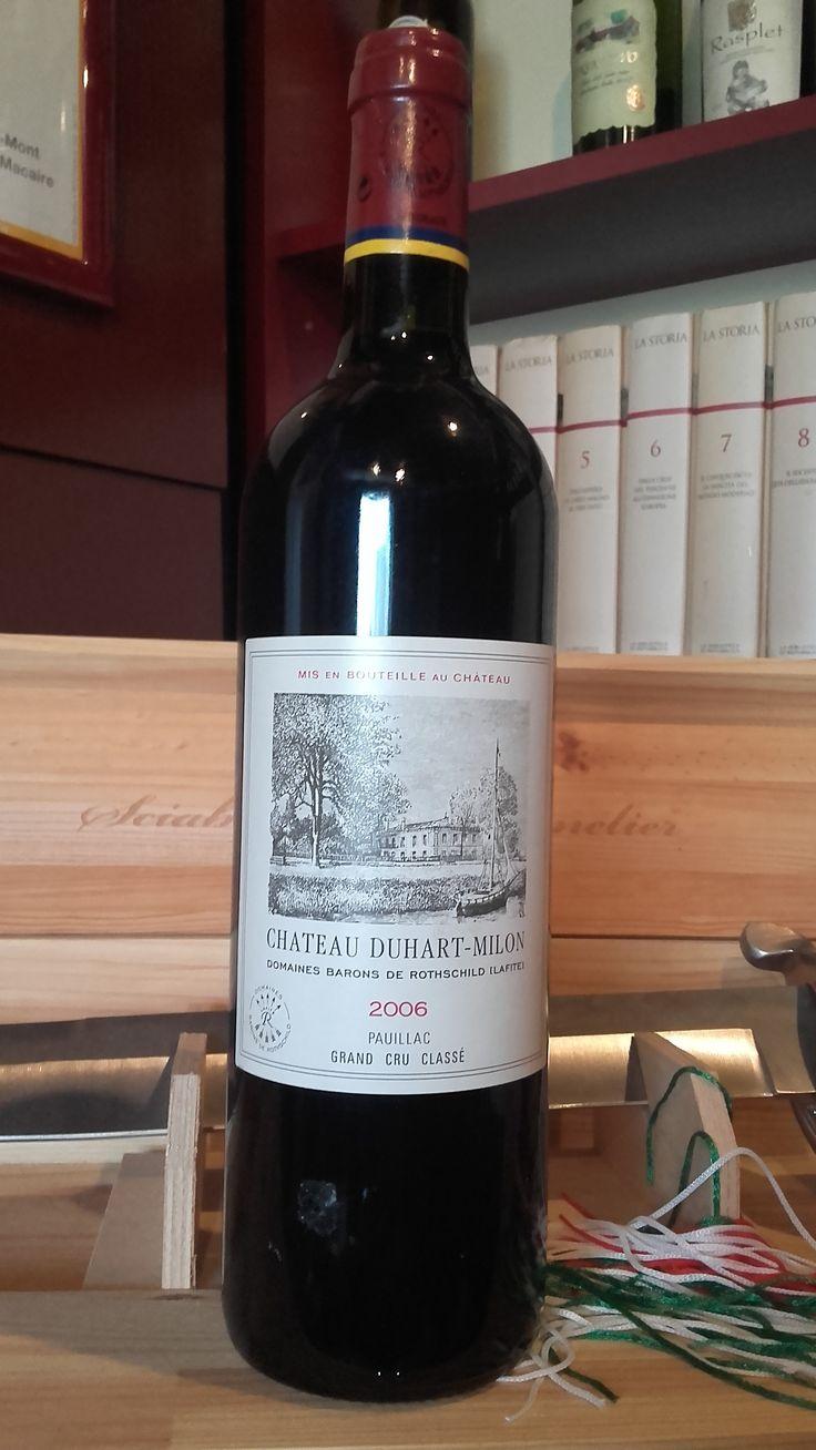 Chateau Duhart Milon Grand Cru 2006 Vino jarko crvene boje, intenzivnog mirisa sa aromom crvenog voća i začina.  Procenat alkohola: 12,5% Vino je direktno stiglo iz podruma proizvođača i poseduje kompletnu dokumentaciju o poreklu. Za sve ostale informacije u vezi vina pozovite 011/7113938 ili 063/238322 ili dođite u našu vinoteku.