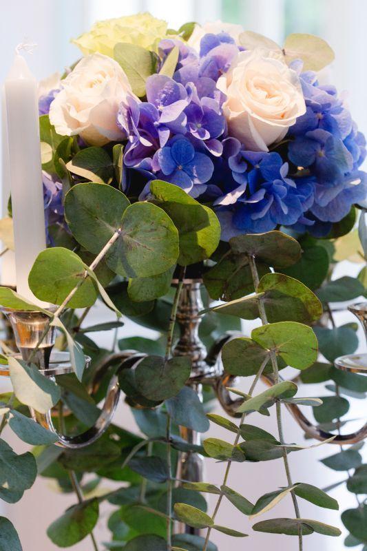 Centerpiece, candle abra & wedding flowers: Roses and blue hydrangea. Shooting WEDDINGZZ Hochzeitsguide. photo: Deinz Fotografie Germany