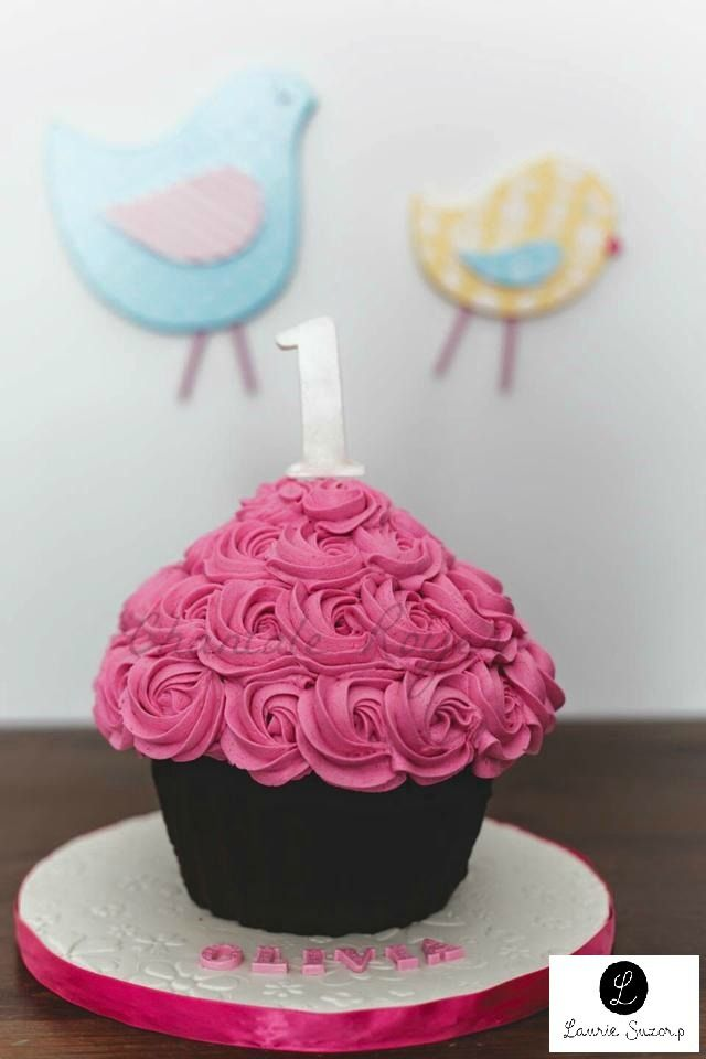 Giant cupcake girl one year buttercream rose géant fille 1 an Photographie : Laurie Suzor P.