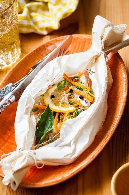 Il pesce spada si presta a molti tipi di preparazioni, quella che vi proponiamo oggi è al cartoccio in forno. Il pesce spada si trova quasi sempre già pulito in tranci, bisogna solo avere l'accuratezza di lavarli molto bene sotto acqua a corrente.    INGREDIENTI per 4 persone - 4 tranci di pesce spada - 1 spicchio d'aglio - 1 ciuffo di prezzemolo - 1 manciata di capperi - 1 pizzico d'origano - 3 carote - 1 limone - 1 bicchiere di vino bianco secco - 2 cucchiai d'olio evo - sale e pepe q.b…