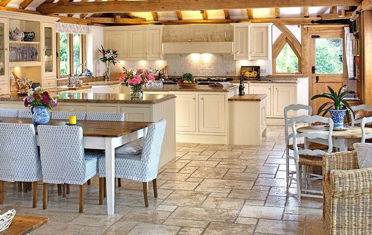 Кухня в стиле шебби-шик: винтажная роскошь для ценителей комфорта и 80 уютных интерьеров http://happymodern.ru/kuxnya-v-stile-shebbi-shik/ Винтажная мебель светлых оттенков, стулья с цветочной обшивкой и яркая посуда на кухне шебби-шик