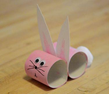 Un bel coniglietto realizzato con i rotoli di carta, un lavoretto di pasqua da fare coi bambini riciclando materiale che si ha in casa.