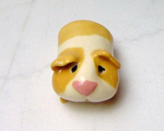 Cette liste est pour un cochon d'Inde bandes beige unique. Chaque cobaye ou rongeur est un peu différent de l'autre avec des changements subtils en taille, forme, position du corps et l'expression du visage. Je vais choisir celui des porcs Guinée tan que vous recevrez de mon studio. Chacun d'eux a été sculpté à partir d'argile de grès blanc et décoré avec sous glaçure. Glaçage brillant a été ajouté avant la deuxième cuisson. Ceux-ci sont faits à la main sans l'utilisation de moules. Je fais…