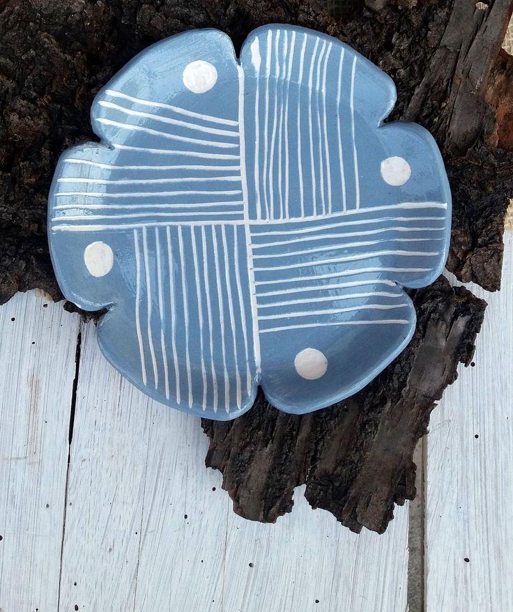 Piattino decorato fatto a mano / decorazione geometrica / decorazione a graffito / geometric decoration / blue and white di QBceramics su Etsy