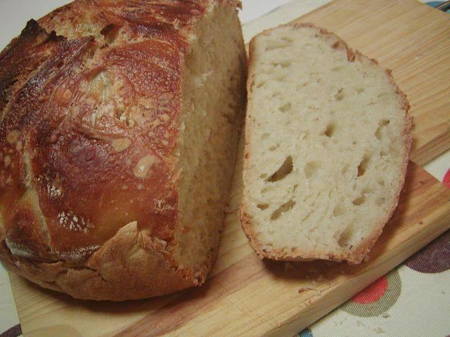 Universo dos Alimentos: pão. Ingredientes:  430 g de farinha 360 ml de água 1 saqueta ou 10 g de levedura seca 8 gr de sal azeite farinha para polvilhar