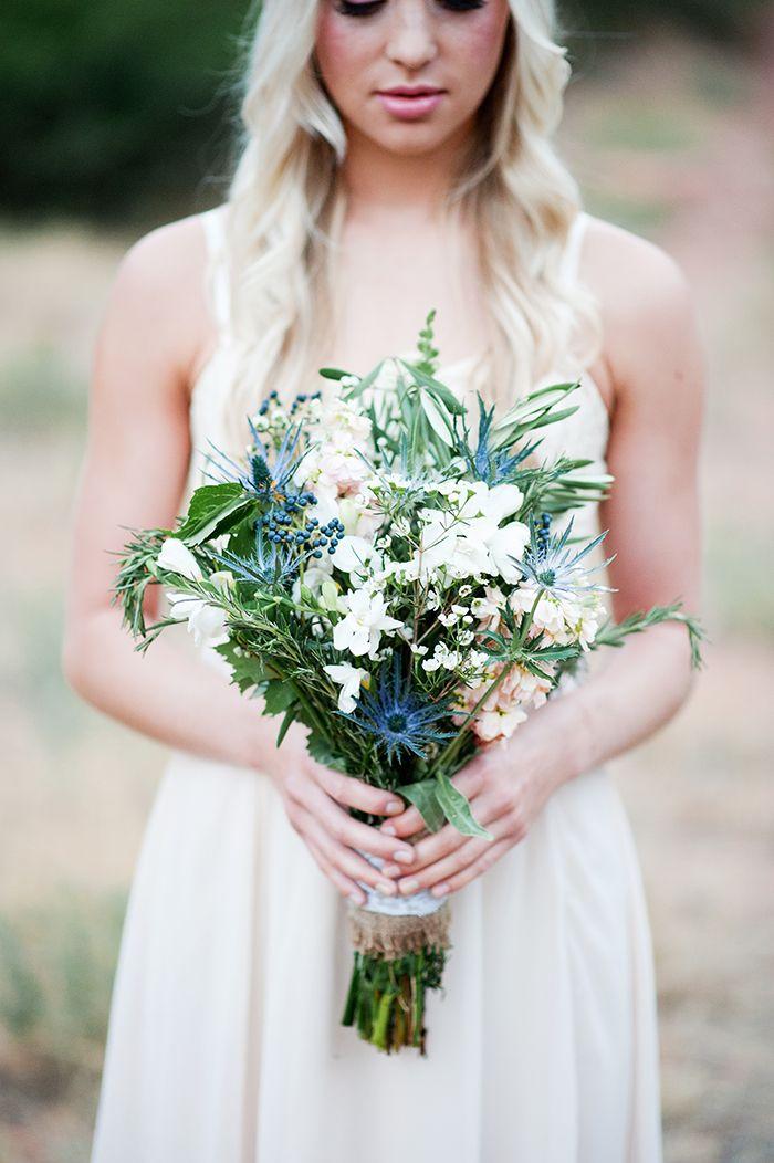 Brautstrauß mit Protea und blauer Distel   Friedatheres.com