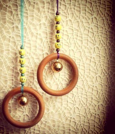 Voici un hochet qui surprendra votre bébé...  Muni d'un anneau 10 cm et d'un grelot, ainsi que d'une composition colorée de perles, il s'attache au portique d'éveil, pour vari - 17065642