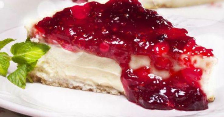 Confira a receita do cheesecake com geleia de framboesa. Essa dica rende aproximadamente 15 porções. Leia também: Cheesecake de ganache de chocolate Receita de cheesecake de maracujá Receita de cheesecake de frutas vermelhas Ingredientes: 200 g de biscoitos de maisena moídos 100 g de manteiga derretida sem s