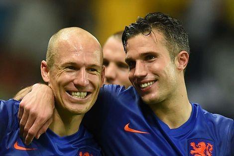 Arjen Robben en Robin van Persie waren de uitblinkers aan Oranje-zijde tegen Spanje. Dutch Soccer team slaugters the World Champion Spain with 5-1..AWESOME