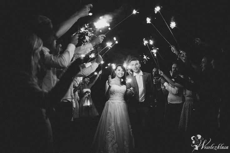 zimne ognie na weselu  Fotograf na wesele  fotografia ślubna   panna młoda   sesja plenerowa  inspiracje ślubne #weselezklasa #FotografiaŚlubna #FotografNaWesele 
