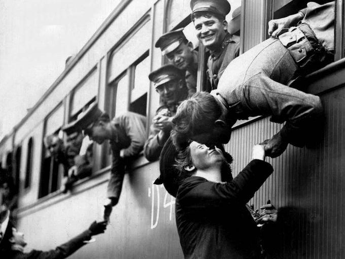 Un soldado trata de robar un beso cuando su tren está por partir de la Central de Michigan en Detroit durante la Primera Guerra Mundial. Fotografía: The Detroit News archives.