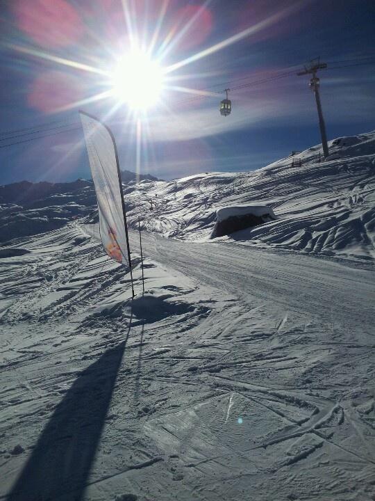Sun & snow at Les Menuires! (photo by Olwen Harkema for @Myslopes - Ski Holiday Info)