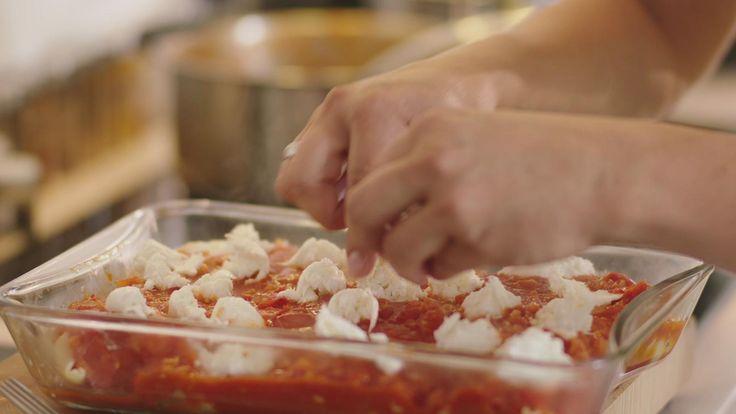 Deze gevulde pastaschelpen zien er bijzonder uit, maar eigenlijk is het een eenvoudig gerecht. De tomatensaus heeft wat pit door de chilipepers. De vulling van de schelpen is lekker smeuïg door de mortadella en de kaas.