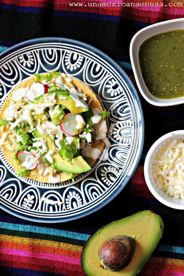 Tostadas fáciles de pollo en salsa verde, una deliciosa opción para la comida. Receta by www.unamexicanaenusa.com