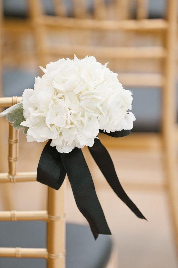 Décor d'Eglise ou de mairie : fleurs blanches et rubans noirs