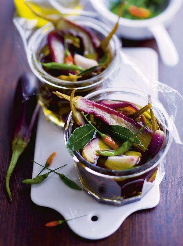Ingemaakte aubergine   BEREIDING Breng 1½ l kokend water aan de kook met 1 el zeezout. Snijd de aubergientjes in de lengte doormidden en blancheer ze 1 min in he...