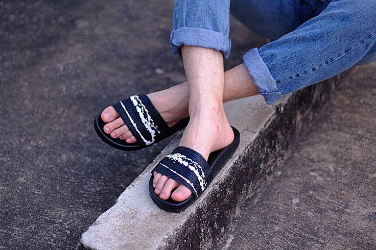 """Zapewne nieraz spotkałeś się z kultem słynnych """"klapek Kubota"""". Fani śmią nawet twierdzić, że popularne obuwie, to nie tylko odwieczna moda, styl, ale"""