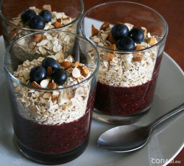 Batido de arándanos y fresas con copos de avena sin gluten. Un desayuno crudivegano, sin gluten y sin lactosa. Nutritivo y completo.