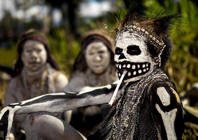 Donna della Papua Nuova Guinea durante le celebrazioni Singsing sul Monte Hagen