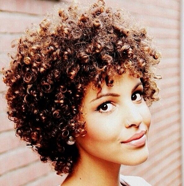 Short natural curly hair Ummm hello??? Hair crush on this chic!!