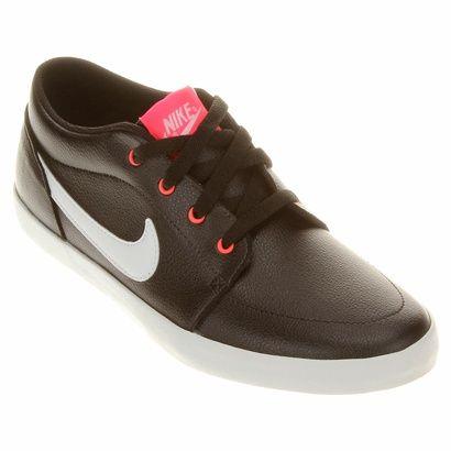 O Tênis Nike Futslide SL é uma ótima opção para momentos casuais. O calçado exibe o logo Swoosh em sua lateral e tem sola de borracha colorida que garante comodidade e estilo no seu caminhar. | Netshoes