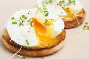 Huevos y queso     1 tostada de grano entero panecillo Inglés  2 cucharaditas de aceite de oliva  1/4 de aguacate maduro  1 rebanada de tomate  1 huevo escalfado  1 rebanada de queso suizo  Pimienta recién molida al gusto