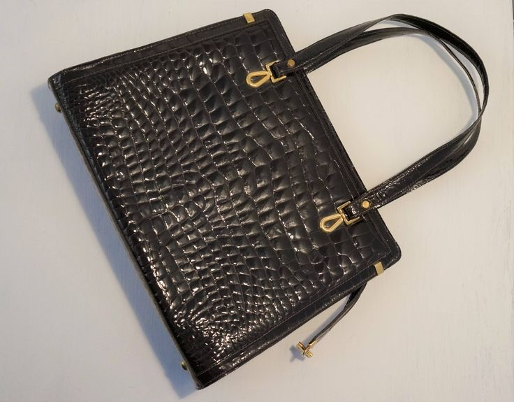 This cute, dark brown purse has been added to our shop #vintagepurse #vintagefashion #vintagebag #madeincanada #ottawa #ottawafashion #sustainablefashion #613 #classicpiece