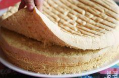 La génoise magique 4 oeufs 120g de sucre 120 de farine 1/2 sachet de levure Préchauffer le four à 180°C (th6). Séparer les blancs des jaunes. Battre les blancs en neige. Quand ils moussent bien, ajouter le sucre et battre jusqu'à ce qu'ils aient une belle consistance brillante de meringue. Ajouter sans attendre les jaunes d'oeufs. Mélanger la levure dans la farine. Battre un peu puis ajouter la farine + levure. Dès que la farine est incorporée, cesser de battre et verser dans le mou